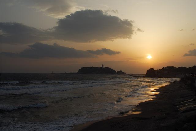 江の島に日は沈み