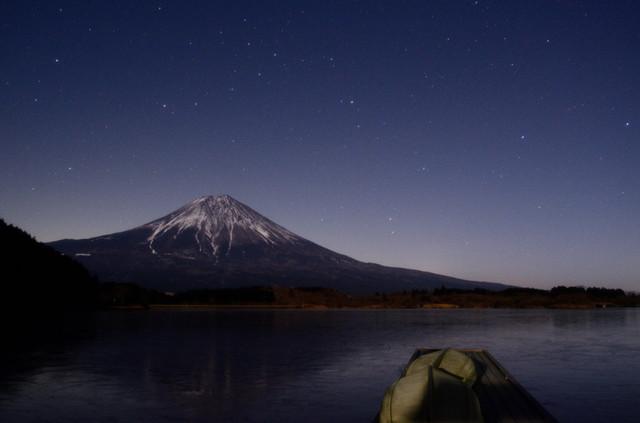 昇る星々と富士