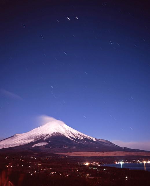富士山と沈む星々