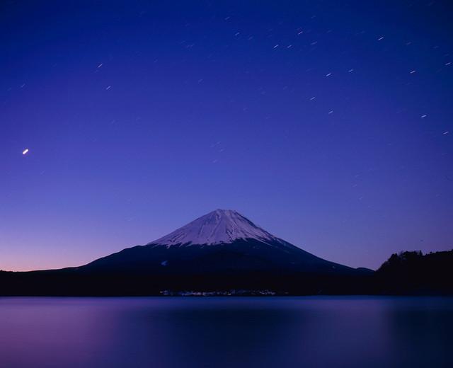 富士と昇る星々